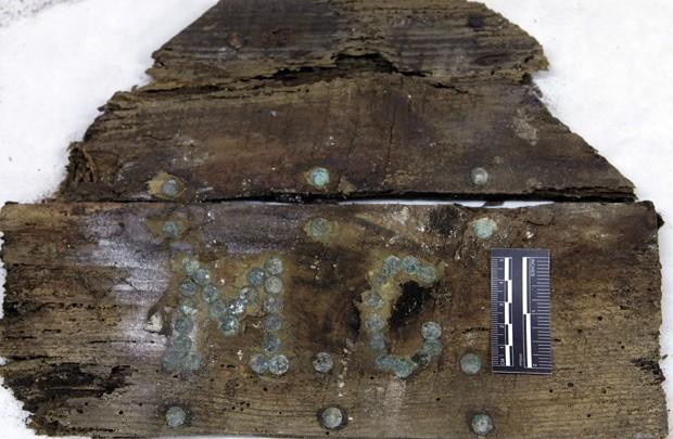 Foto tirada no sábado (2) mostra iniciais M.C. em um caixão (Foto: AP Photo/Aranzadi Science Society)