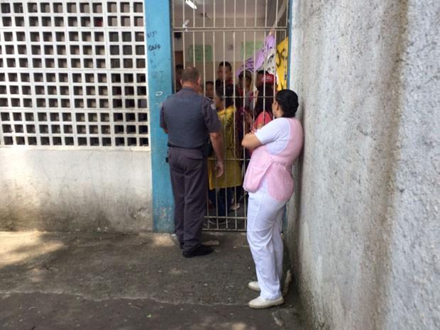 PM negocia com estudantes em ocupação de escola em Diadema (Foto: Glauco Araújo/G1)