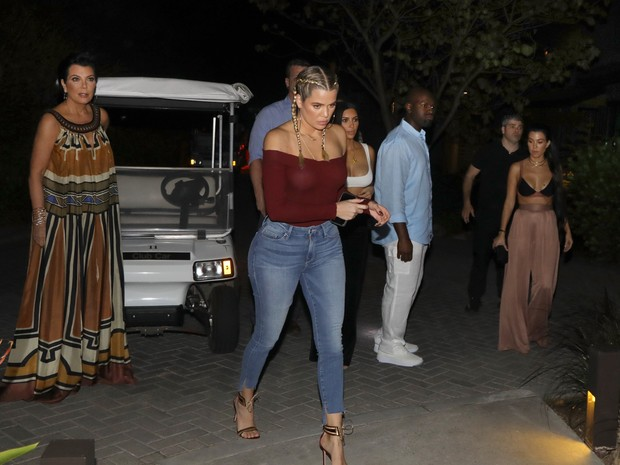 Kris Jenner, Khloe Kardashian, Kim Kardashian e Kourtney Kardashian na Costa Rica (Foto: Grosby Group/ Agência)