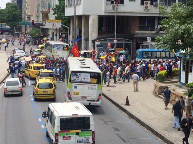 Funcionários do Comperj fecham Avenida Chile (Foto: Janaína Carvalho/G1)