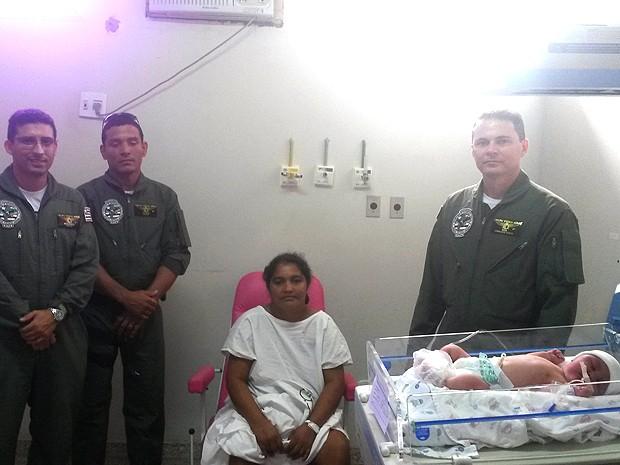 Equipe do GTA, mãe e bebê resgatado do Maranhão (Foto: Joyce Mackay / G1)