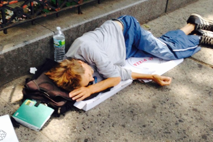 """William """"Preston"""" King é visto dormindo sobre caixas de pizza nas ruas de NY (Foto: Reprodução/ Flickr)"""