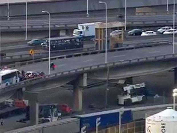 Trânsito foi parado na Ponte Rio-Niterói para a passagem dos ônibus com PMs transferidos do BEP (Foto: Reprodução / Globo)