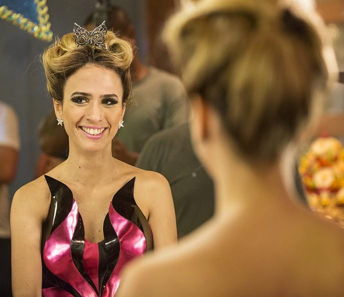 Os brincos de estrela de Fedora são marca da personagem e os looks de festa da it-girl vão deixar de queixo caído (Foto: Felipe Monteiro/Gshow)