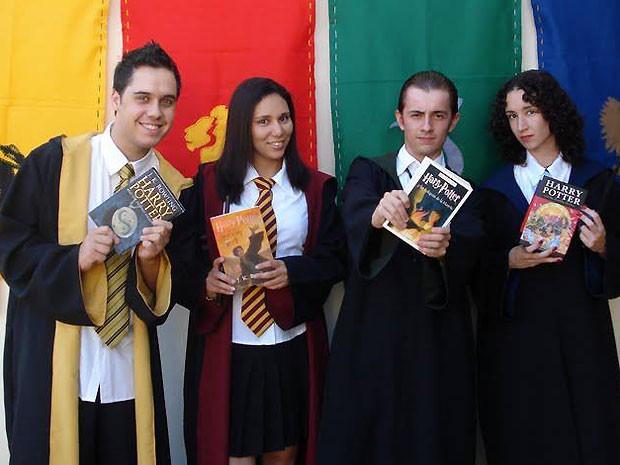 Sala de aula com as bandeiras com as cores das casas de Hogwarts (Foto: Arquivo Pessoal/ Isis do Espírito Santo)