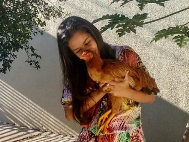 Maíra afirma que a galinha vai morrer 'velhinha' no quintal da casa (Foto: Maíra Prado/Arquivo pessoal)