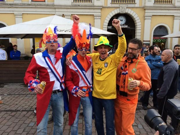 Holandeses se reúnem perto do Largo Glênio Peres antes de jogo contra a Austrália (Foto: Caetanno Freitas/G1)