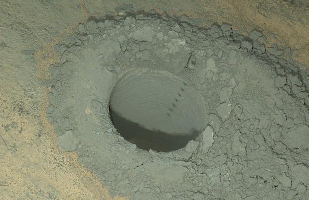Câmera do Curiosity fez essa imagem noturna de um buraco perfurado pelo robô e, dentro do buraco, vários pequenos cortes feitos com laser; o local foi iluminado pelas luzes da câmera (Foto:  NASA/JPL-Caltech/MSSS)