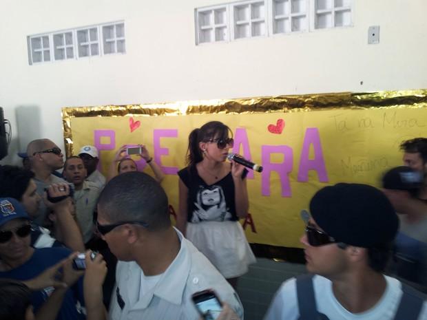 Anitta visitou a escola João Calmon, em Vila Velha, para prestar solidariedade às vítimas da chuva que atingiram o Espírito Santo. (Foto: Mariana Perim/G1 ES)