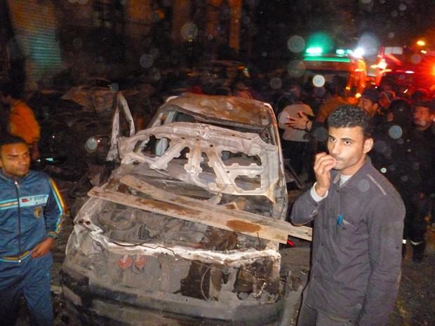 Carro que pode ter sido usado para explodir bomba em frente à sede da polícia na cidade do Delta do Nilo de Mansoura , a 110 km ao norte de Cairo. (Foto: AP)
