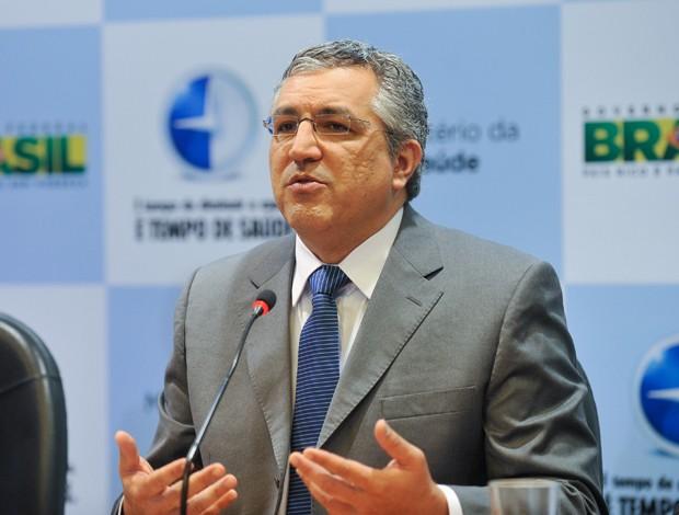 O ministro da Saúde, Alexandre Padilha, anuncia a vacinação de meninas de 10 e 11 anos de idade contra o HPV, nesta segunda-feira (1º) (Foto: Elza Fiúza/ABr)