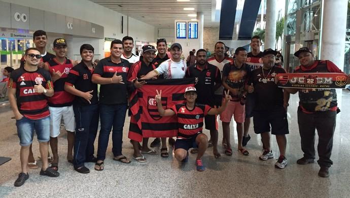 Torcedores do Fla no aeroporto de Natal (Foto: Raphael Zarko/ Globoesporte.com)