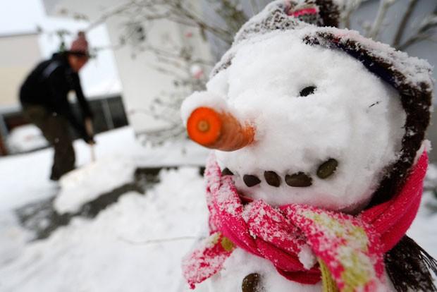 Boneco de neve construído por crianças em Hanau, na Alemanha (Foto: Kai Pfaffenbach/Reuters)