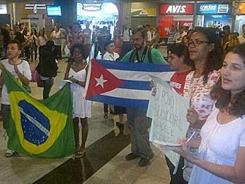 Juventude Socialista de Pernambuco aguarda chegada de médicos cubanos no Recife (Foto: Luna Markman / G1)