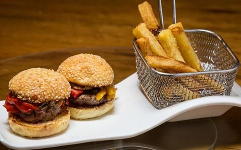 Philly burguer: hambúrguer caseiro com cebola caramelizada e pimentão assado