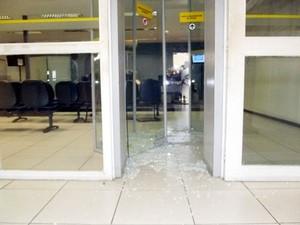 Vidros foram quebrados durante assalto ao Banco do Brasil de São Miguel do Tapuio (Foto: Francisco Alves/ PortalSamita)
