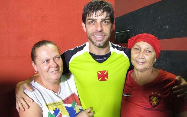 Juninho Vasco e funcionárias do Sport (Foto: Gustavo Roststein)