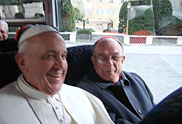 A imagem ao lado mostra o Papa Francisco sorridente ao lado do cardeal brasileiro Dom Raymundo Damasceno (Foto: Frederico Henrique de Oliveira/Canção Nova)