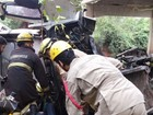 Caminhão cai de ponte na GO-164, e ocupantes ficam presos às ferragens
