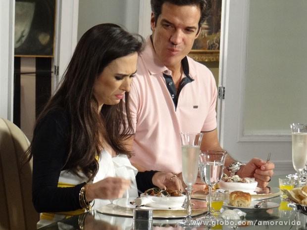 Valdirene faz cara feia para prato sofisticado (Foto: Amor à Vida/TV Globo)