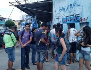 Mesmo em menor movimento, não paravam de chegar torcedores às bilheterias do estádio da Curuzú (Foto: Pedro Cruz/GLOBOESPORTE.COM)