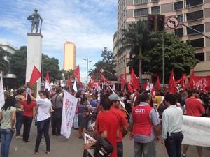 Manifestantes protestam contra a lei da terceirização em Goiânia, Goiás (Foto: Paula Resende/G1)