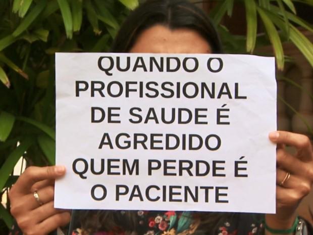 Funcionária protesta em frente à Prefeitura de Ribeirão Preto por mais segurança na saúde (Foto: Paulo Souza/EPTV)