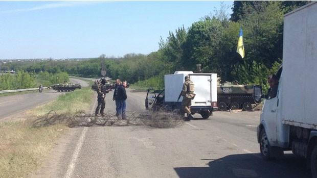 O Exército ucraniano montou barreiras nas estradas em busca de rebeldes pró-Rússia (Foto: BBC)