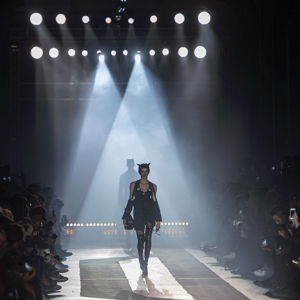 Linda Helena brilhou ao abrir o desfile masculino de inverno 2019 da Moschino (Foto: Imaxtree)
