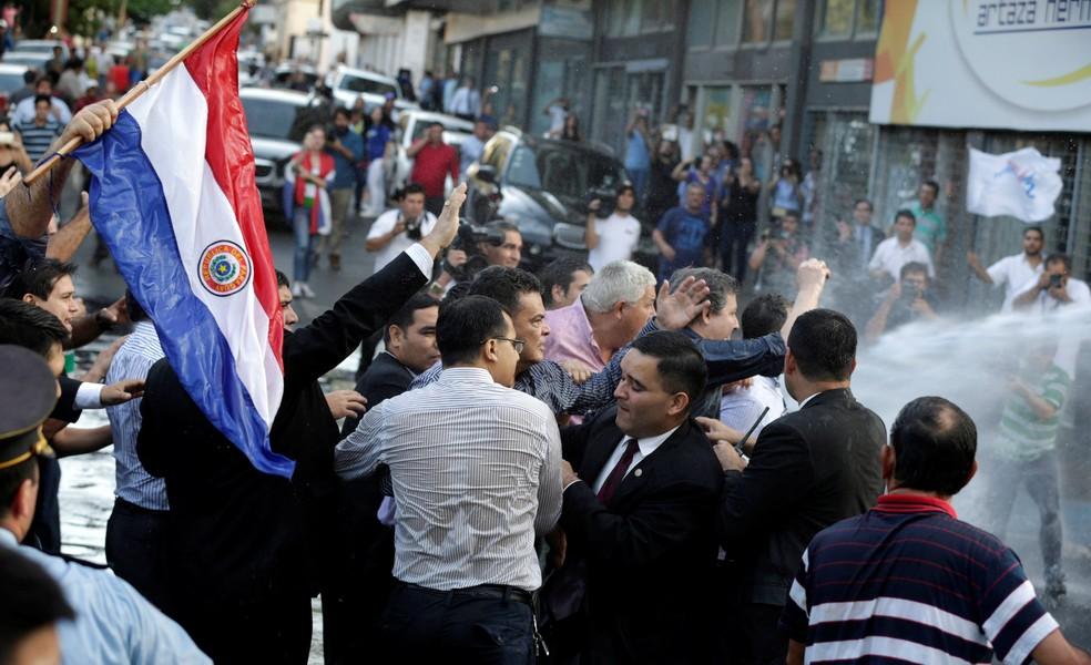 O presidente do Congresso do Paraguai, Roberto Acevedo, é visto durante confronto entre manifestantes e a polícia nesta sexta-feira (31) em frente ao prédio do Congresso (Foto: REUTERS/Jorge Adorno)