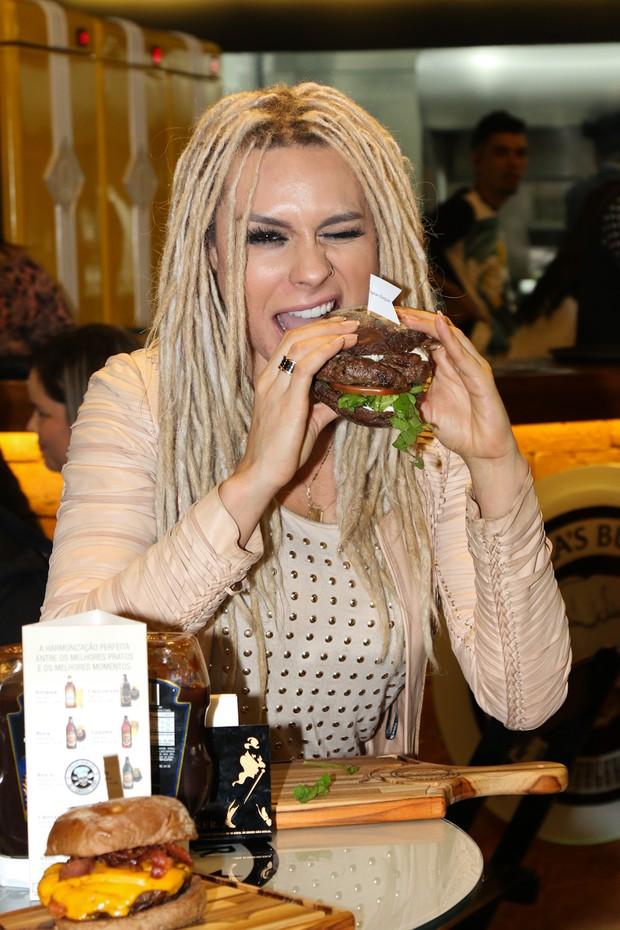 Mendigata sai da dieta em evento (Foto: Thais Aline/ Agência Fio Condutor)