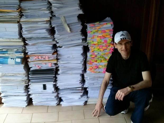 O juiz federal Rolando Valcir Spanholo junto a parte dos 200 quilos de resumos que usou para estudar na preparação do concurso (Foto: Rolando Valcir Spanholo/Arquivo Pessoal)