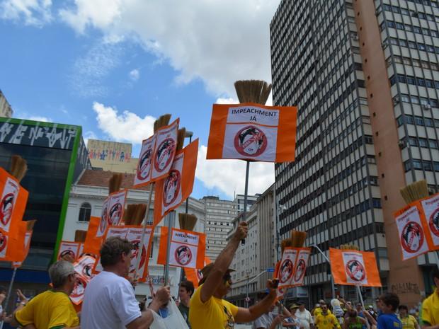 Manifestantes fazem bloco das vassourinhas em protesto por impeachment em Campinas (SP) (Foto: Marina Ortiz/ G1)