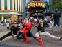 Sérgio Malheiros e Juliano Laham posam com Spider Man em Orlando
