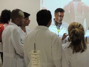 Davi, de lado e ao fundo, acompanha de perto as explicações (Foto: Tatiana Lopes/G1)
