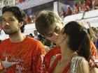 Carol Castro troca beijos com o noivo na Sapucaí e Marone segura vela