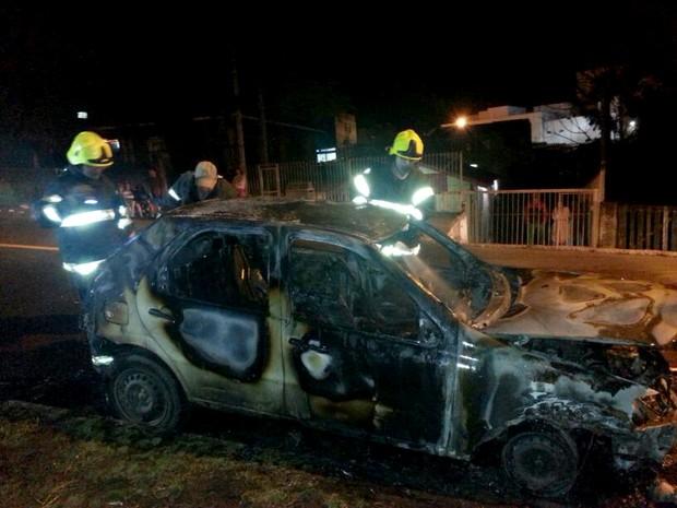 Veículo incendiou no Morro Santa Teresa, em Porto Alegre (Foto: Paulo Ledur/RBS TV)
