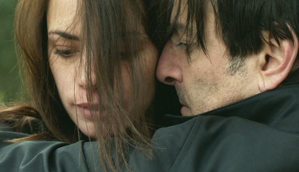 Para executar seu plano, Simon (Yvan Attal) se aproxima de Júlia (Bérénice Bejo) (Foto: Divulgação/Reprodução)