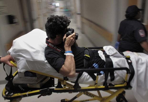 Emilio Morenatti tira foto de si próprio, em 25 de agosto de 2009, no centro médico da Universidade de Maryland, nos EUA, após perder perna em conflito no Afeganistão (Foto: Enric Marti/AP)