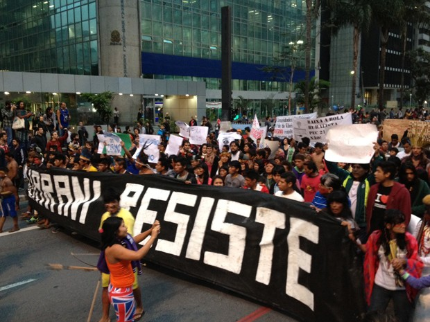 """Faixa com a mensagem """"Guarani resiste"""" à frente de manifestantes na Paulista (Foto: Marcelo Mora/ G1)"""