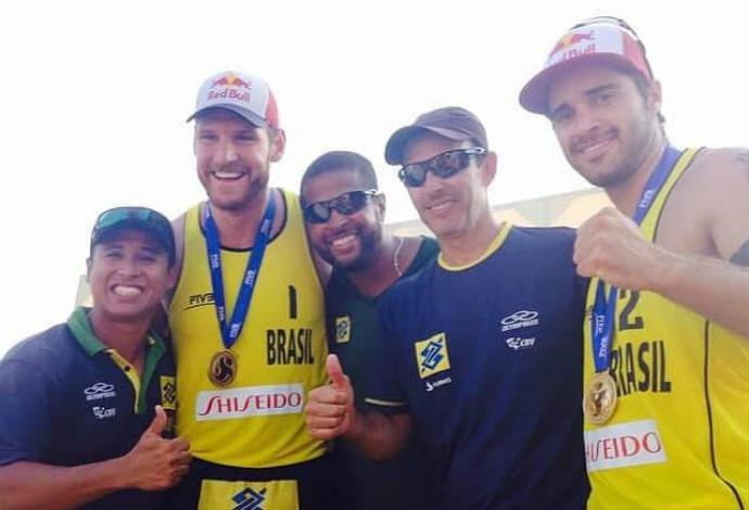 Bruno, com o técnico Leandro Brachola, e Alison: time de apoio foi essencial (Foto: Reprodução/Facebook)