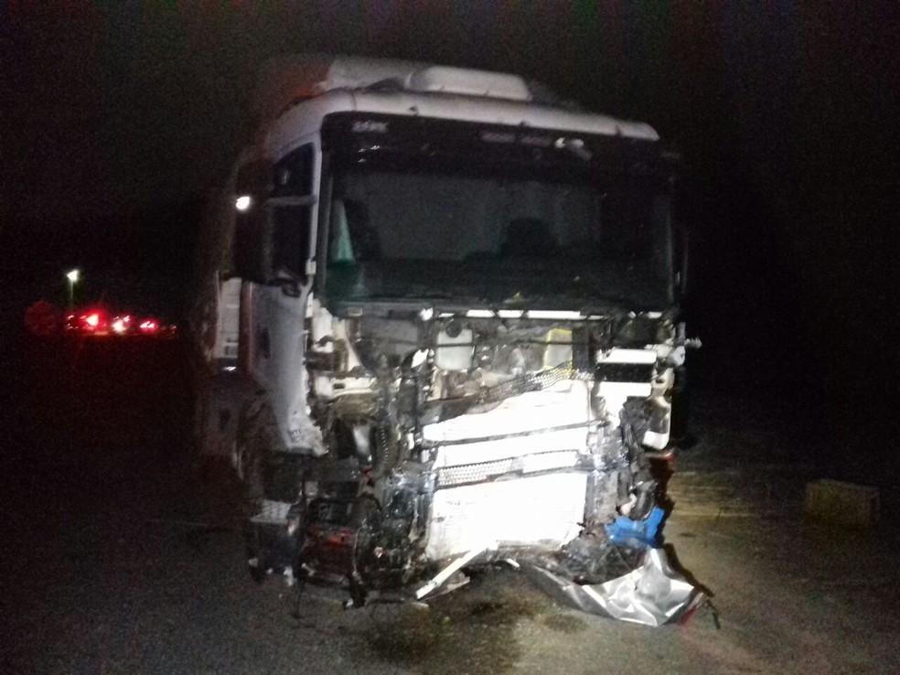 Carro bateu de frente com caminhão na região oeste da Bahia (Foto: Jadiel Luiz/Blog Sigi Vilares)