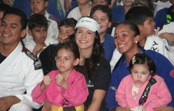 Kyra Gracie visita projeto social no AM e destaca cinturão de Amanda Nunes