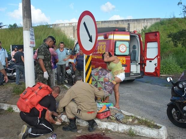 Vítimas recebem os primeiros socorros no local do acidente (Foto: Walter Paparazzo/G1)