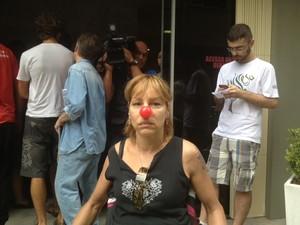 Pessoas com cartazes e nariz de palhaço marcaram ato contra tramitação do projeto (Foto: Cristiano Anunciação/G1 )