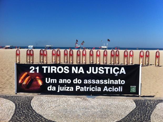 Fotos de 21 balas foram fixadas na areia de Copacabana  (Foto: Janaína Carvalho / G1)