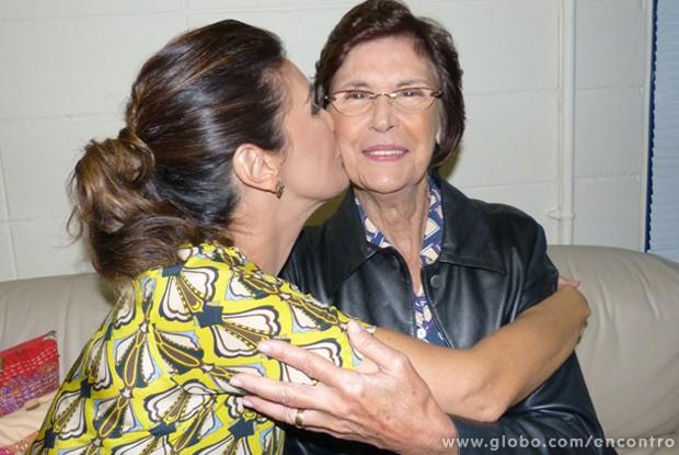 Fátima beija o rosto de sua mãe, Dona Eunice (Foto: Encontro com Fátima Bernardes/ TV Globo)