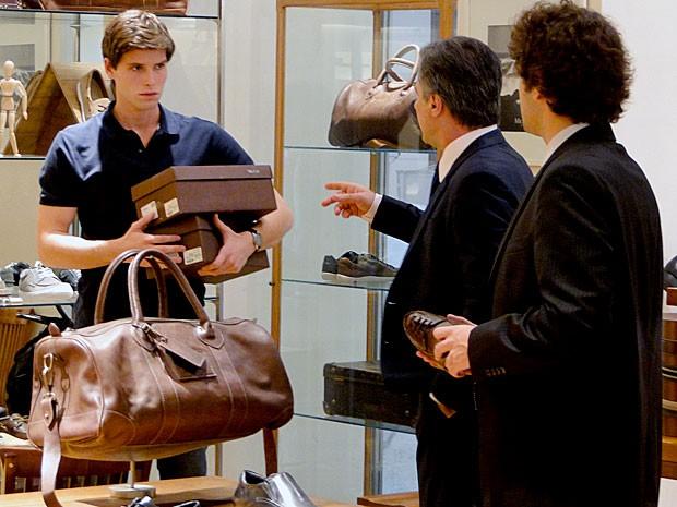Conrado fica surpreso com a presença de Otto e Elano na loja (Foto: Cheias de Charme / TV Globo)