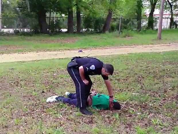 Scott foi baleado oito vezes e caiu. (Foto: Reuters)