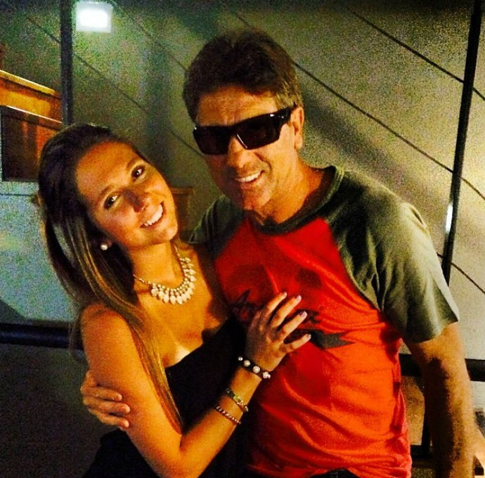 Carol Portaluppi posta foto abraçada ao pai Renato (Foto: Reprodução/Instagram)